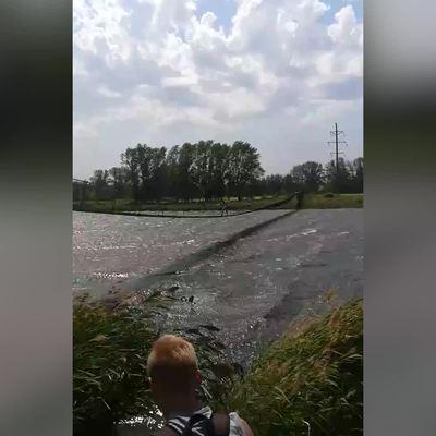 В Троицке в Новой Москве сильный ветер сдул группу подростков с подвесного моста
