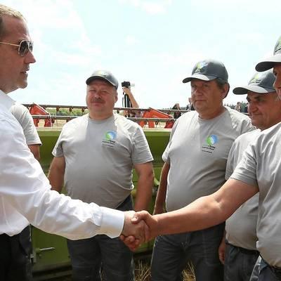Медведев призвал сделать продажу готовой продукции приоритетом агроэкспорта
