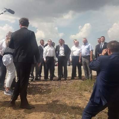 Медведев посетил завод комбикормов и осмотрел элеватор в Курской области