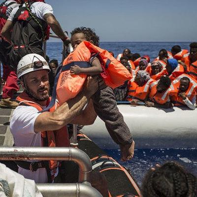 Власти Испании направляют военный корабль к итальянскому острову Лампедуза