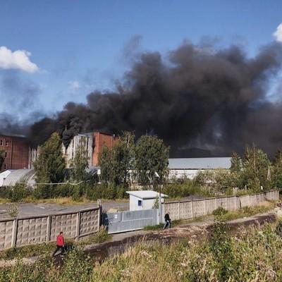 Площадь пожара на складе в Санкт-Петербурге увеличилась до 4 тысяч квадратных метров