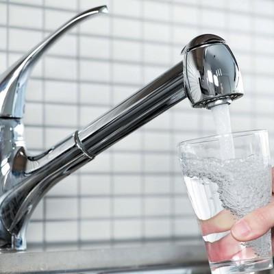 ВЦИОМ подсчитал долю россиян, пьющих воду только из-под крана