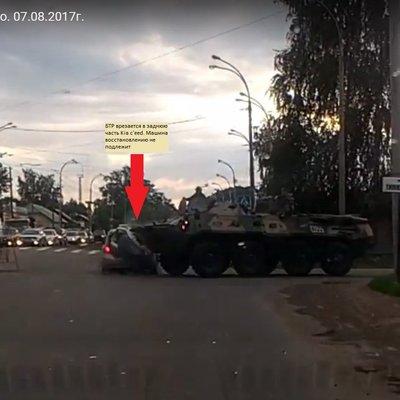 В Костроме произошло ДТП с участием БТР и легкового автомобиля