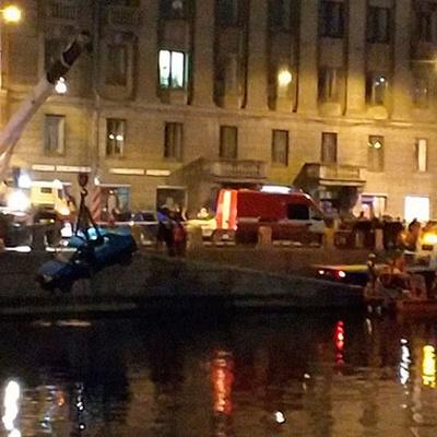 Три человека находились в легковой машине, которая упала в реку в Санкт-Петербурге