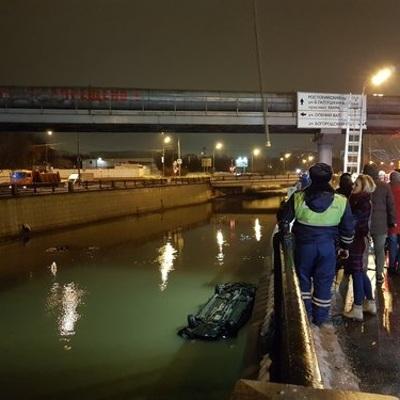 На востоке Москвы легковой автомобиль упал в реку Яузу
