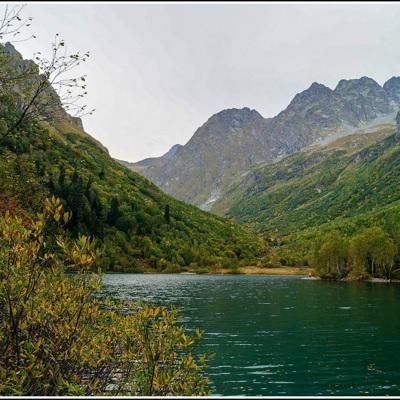 Туристам, отдыхающим в Сочи, запретили купаться из-за ухудшения погодных условий