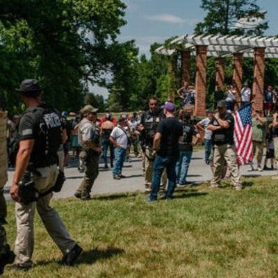 Сотни вооруженных людей съехались в город Геттисберг в Пенсильвании