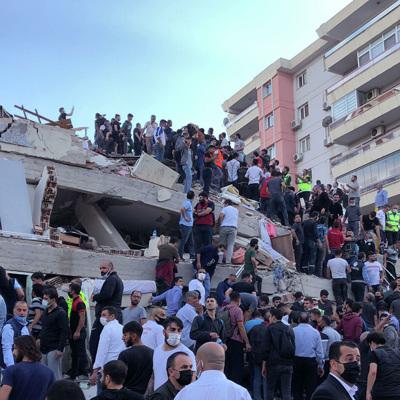 Турецкие спасатели вытащили живыми из-под завалов домов в Измире не менее 100 человек