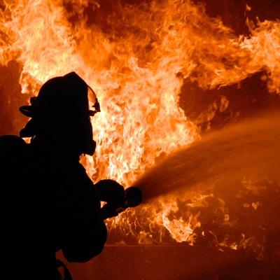 Крупный пожар возник на складе горюче-смазочных материалов в Луганске