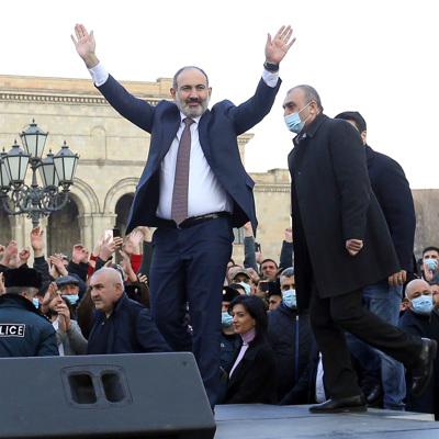 Оппозиция у парламента Армении перекрыла входы и выходы