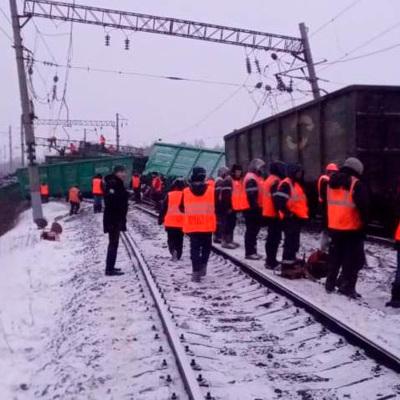 Последствия схода 17 вагонов грузового поезда в Хабаровском крае устраняют более 200 железнодорожников