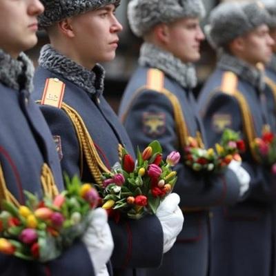 Российские военные подарили цветы женщинам на Арбате