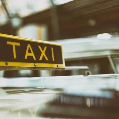 В Подмосковье смогут работать только вакцинированные водители такси и автобусов