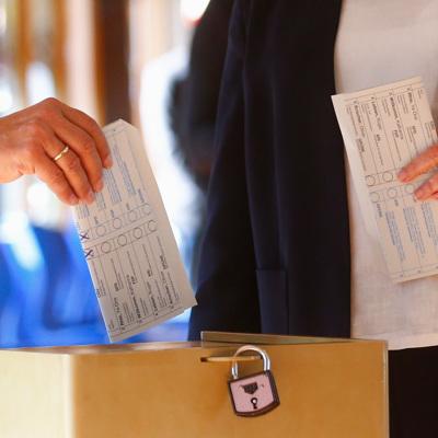 Лашет при голосовании на выборах неправильно сложил бюллетень