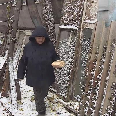 Омичка, которая 35лет живет в железной ржавой бочке, согласилась переехать