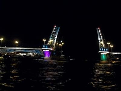 На Неве развели мосты для репетиции Главного военно-морского парада