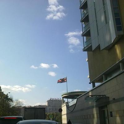 Три микроавтобуса с британскими дипломатами покинули территорию посольства в Москве