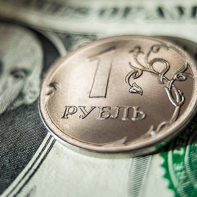 Падение рубля к концу года предсказал Bloomberg