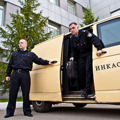 Четыре инкассатора пострадали при наезде на открытый канализационный люк в центре Москвы