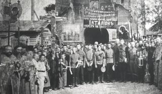 Пятницкие ворота, 1917 год. На фото – священники и личный состав 1го Коломенского добровольческого батальона, сформированного Временным правительством. Публикуется впервые.