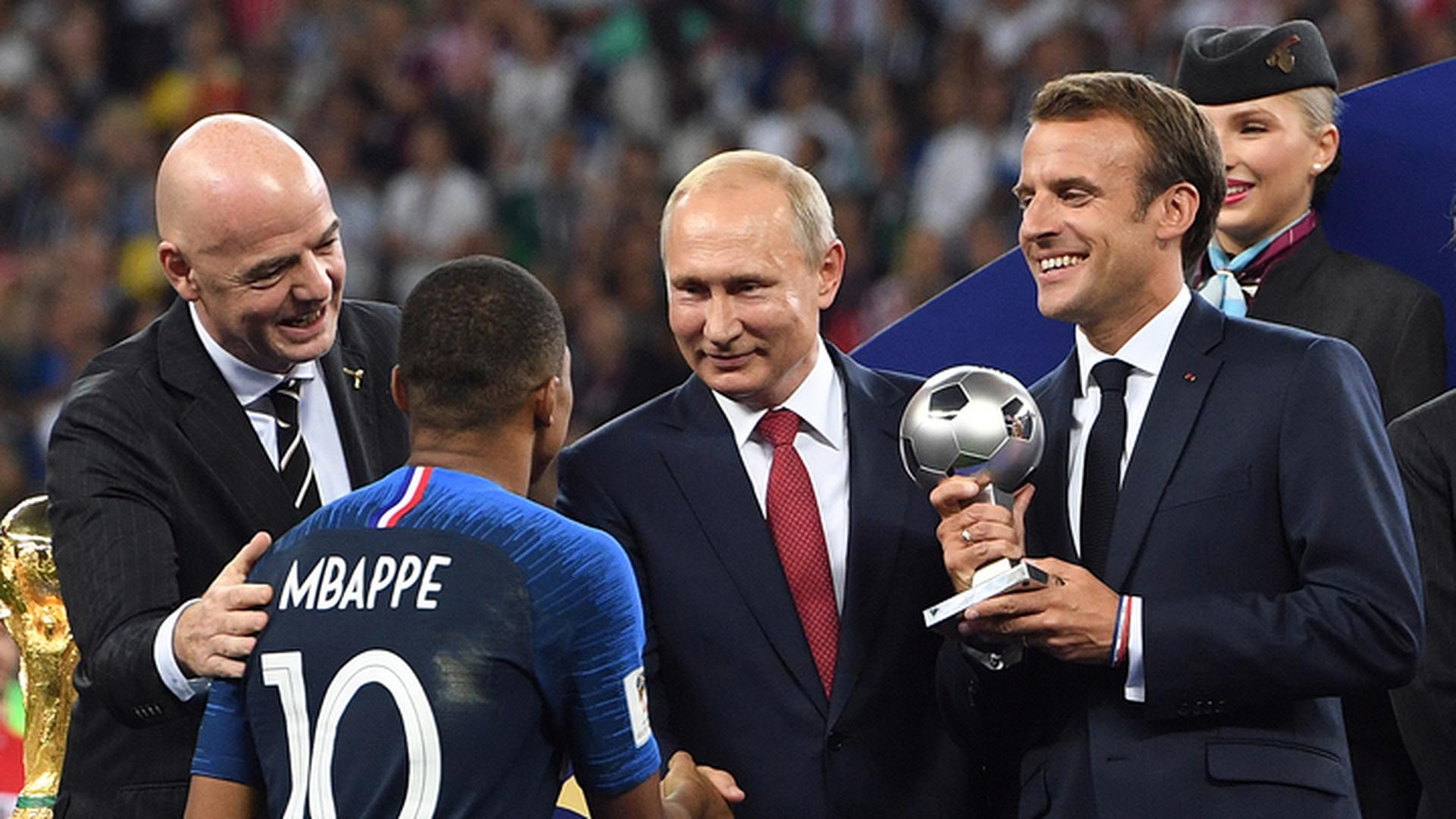 Футболистам Франции вручили кубок мира и золотые медали