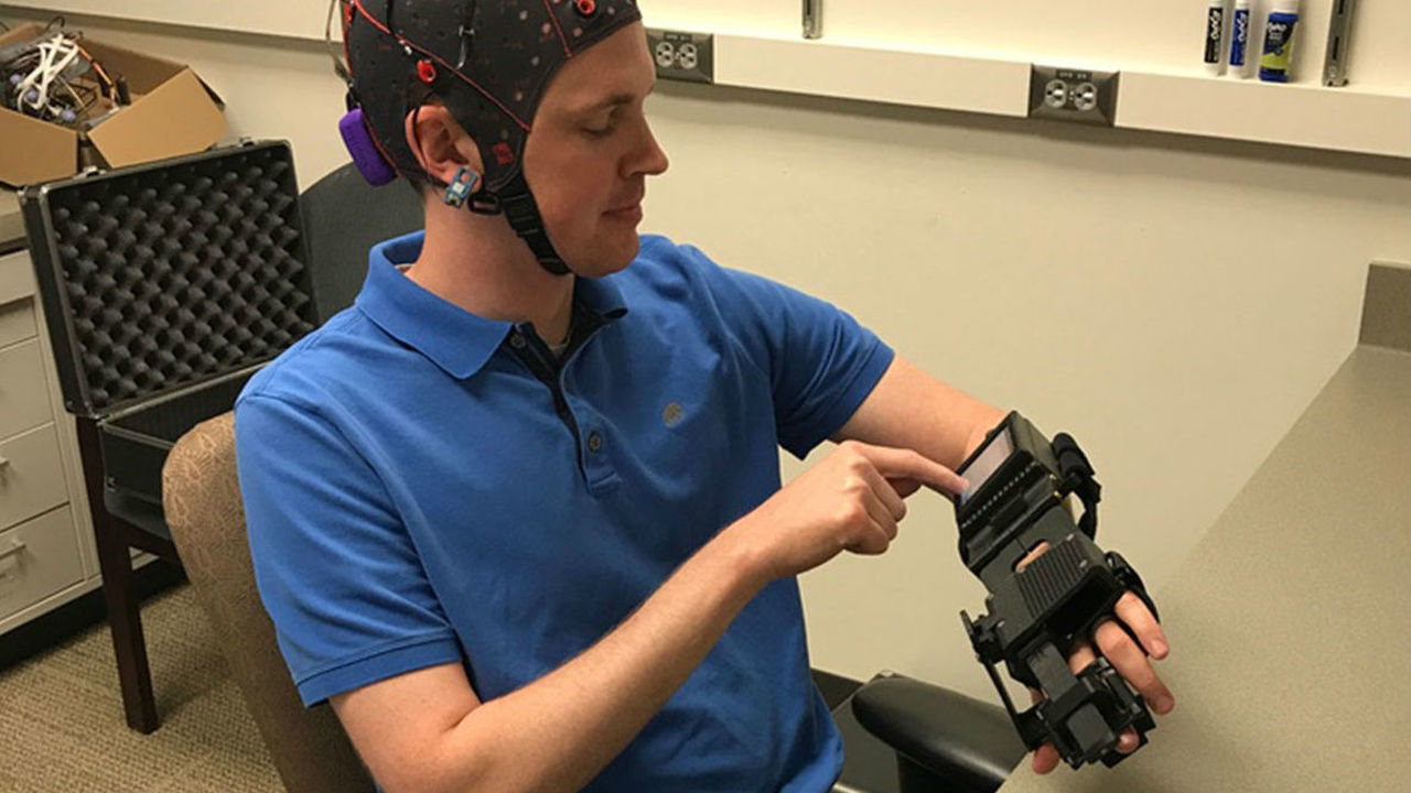 Новое устройство поможет пострадавшим от инсульта вновь двигать парализованными руками