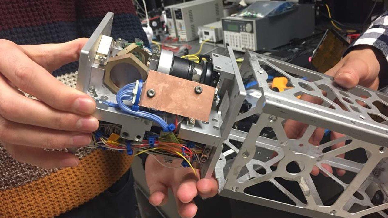 Новая система лазерной связи поможет крошечным спутникам передавать большие объёмы данных