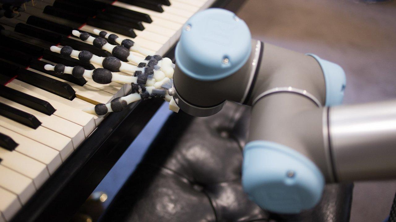 На 3D-принтере напечатали руку, которая может играть на пианино