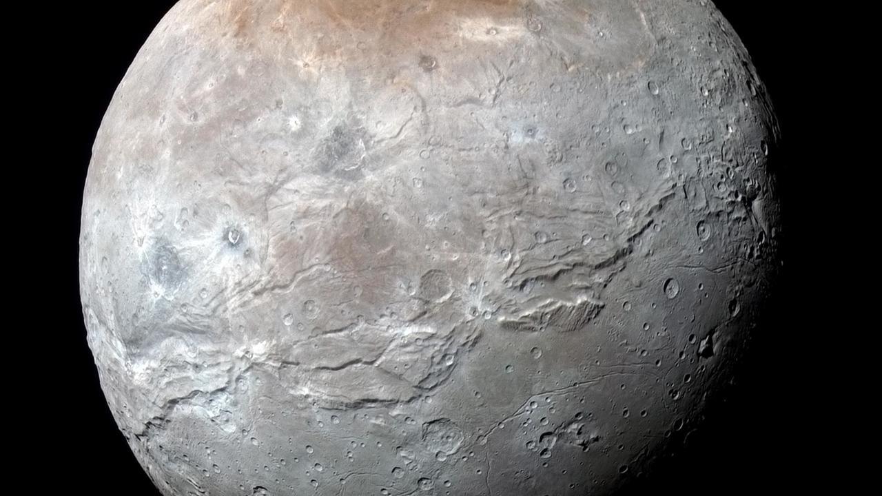 Треснул, как яблоко: астрономы восстановили историю спутника Плутона