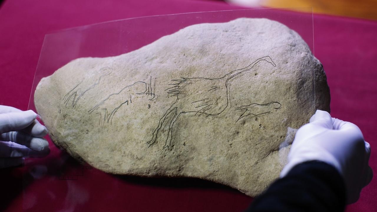 Большая редкость: в Испании найдено изображение людей и птиц времён палеолита