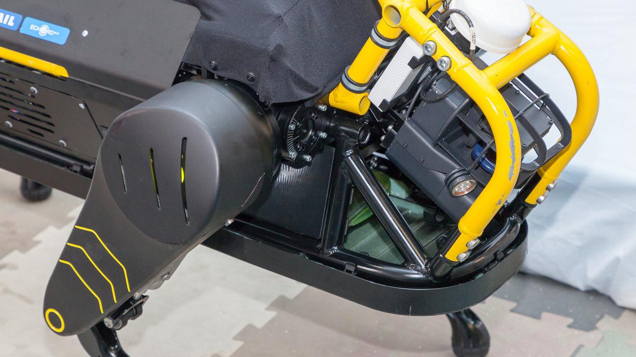 Новый четвероногий робот может взять на буксир самолёт