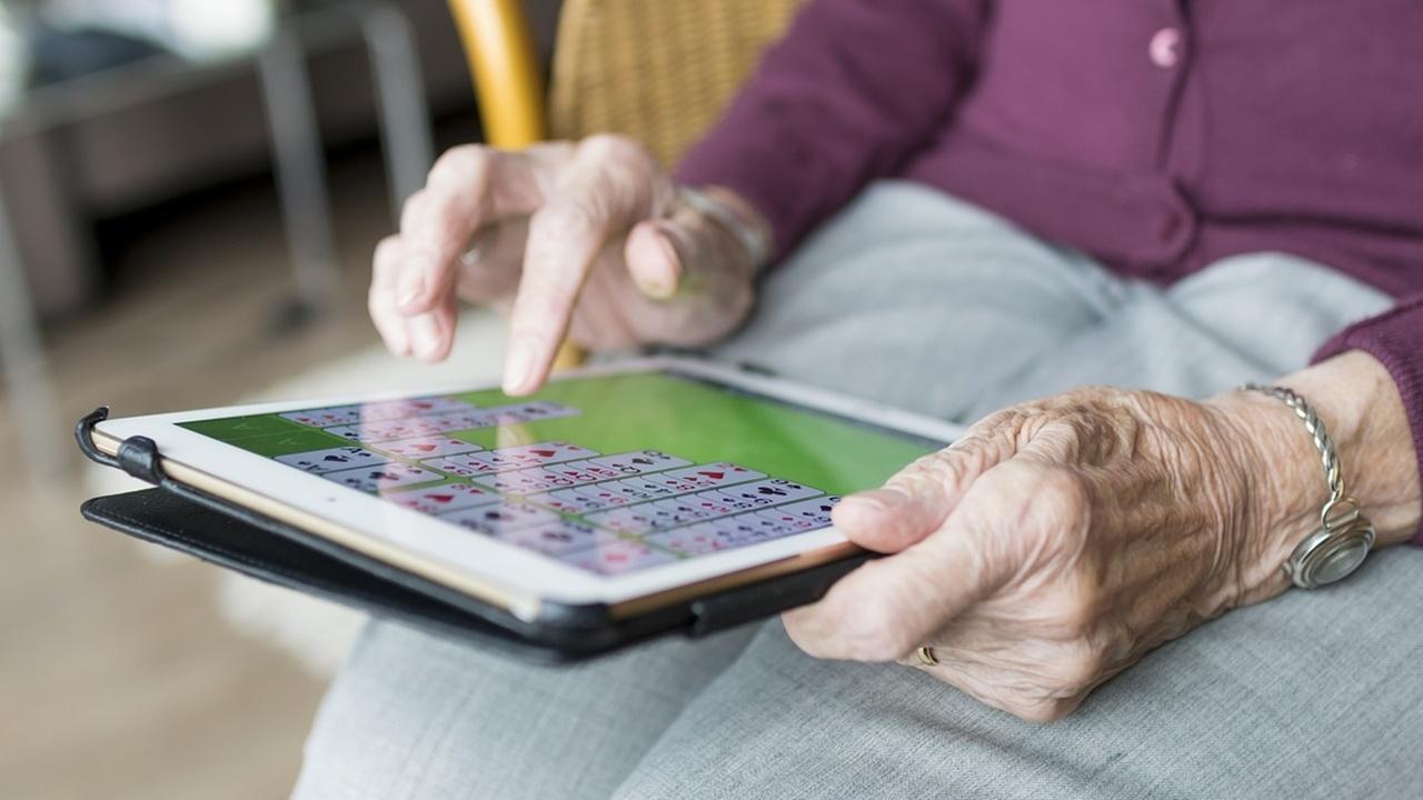 Названы занятия, которые помогут защитить мозг от возрастных нарушений