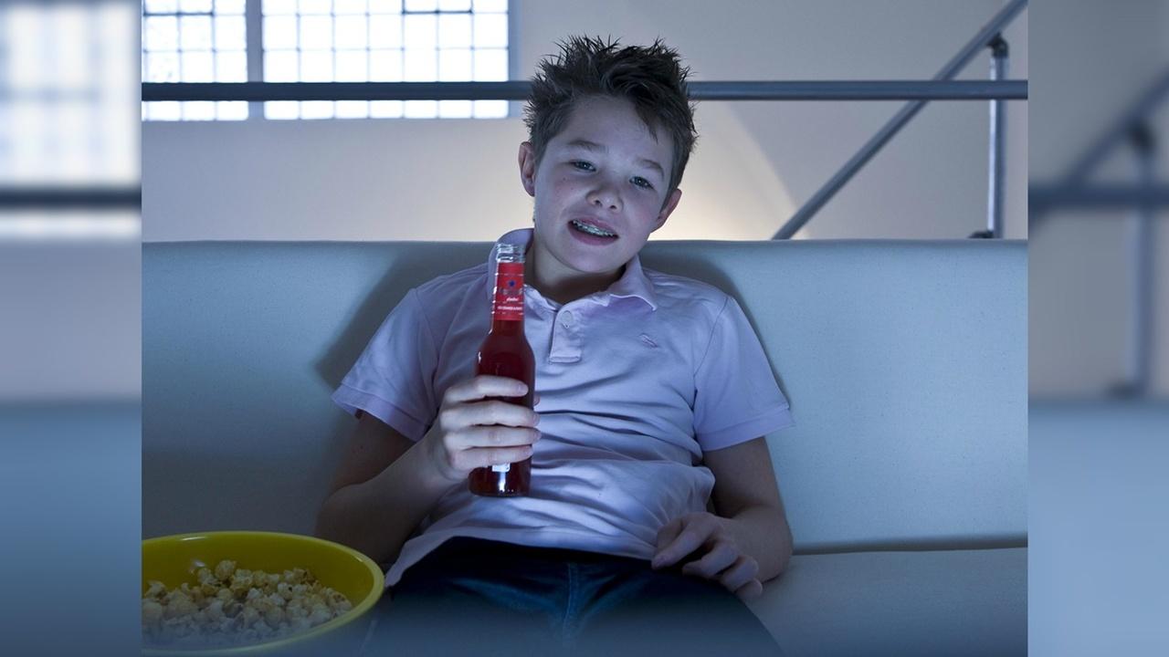 Электронные устройства провоцируют подростков потреблять больше сахара и кофеина