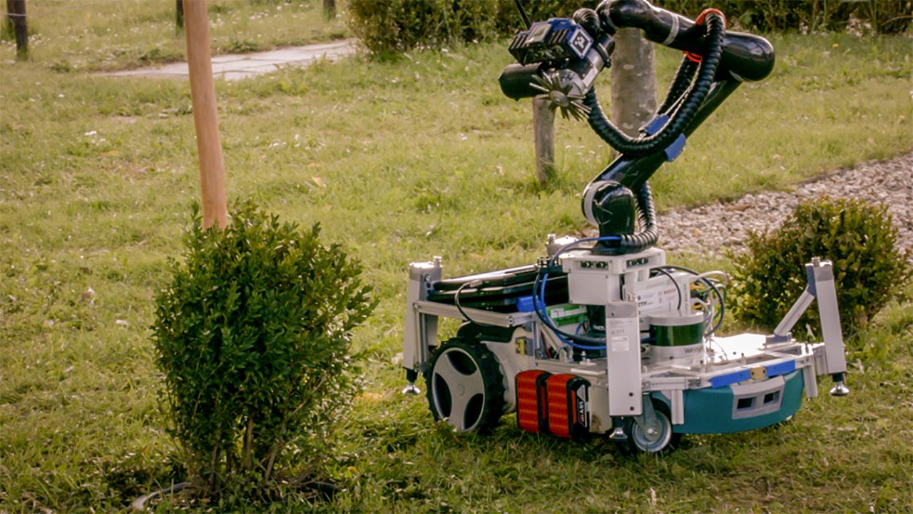 Новый робот сам решит, когда и как подровнять кустарники
