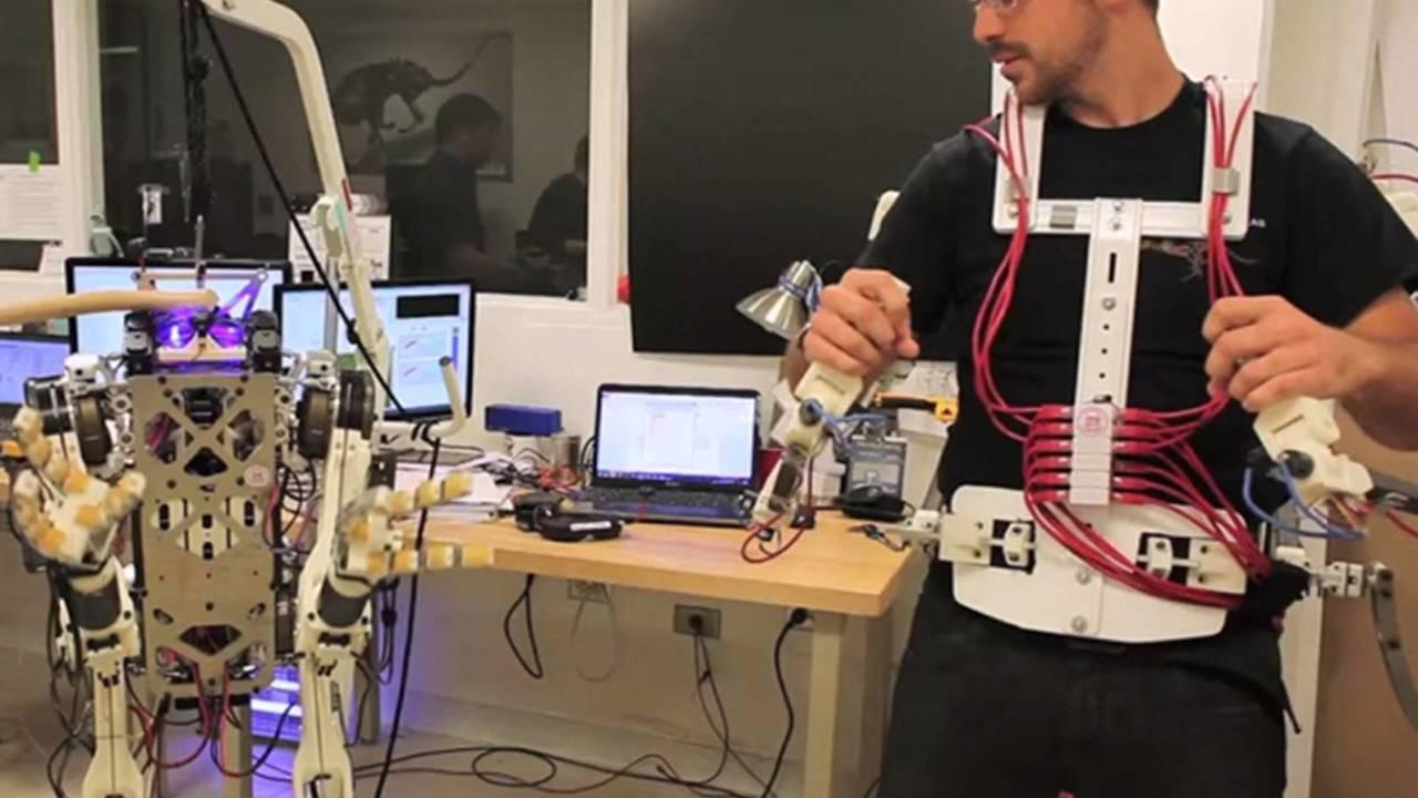 Двуногий робот копирует движения оператора, чтобы не упасть