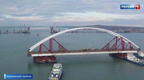 Автодорожная арка Крымского моста доплыла до места установки
