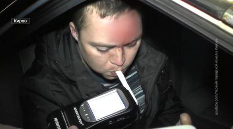 Пьяный кировчанин разбил три машины, предаваясь любовным утехам за рулем