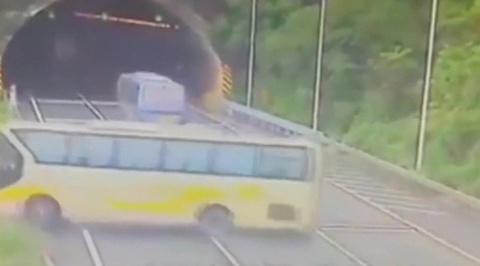 Жуткая авария в Китае: автобус с пассажирами треснул по швам
