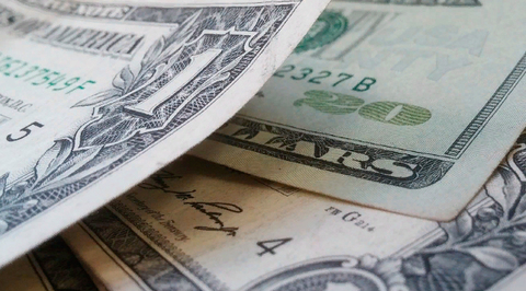 Дешевеющий доллар увеличил цену нефти