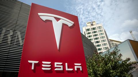 """Регулятор: Tesla должна решить """"основные вопросы безопасности"""" функций полуавтономного вождения"""