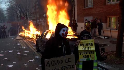 Погромы в Париже: гранаты против горючки