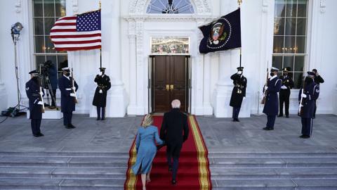 """Новости на """"России 24"""". Новый президент США прибыл в Белый дом"""