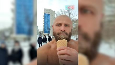 Видео из Сети. Самарский морж прошелся голым по улице, поедая мороженое