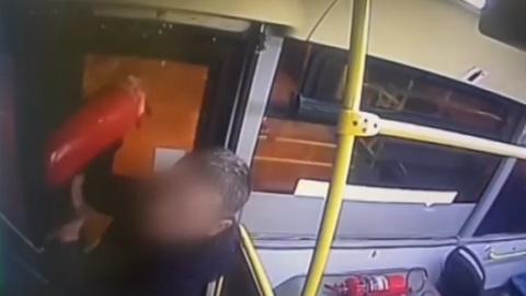ЧП. Буйный пассажир распылил огнетушитель в московском автобусе