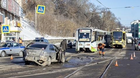 Трамвай с отказавшими тормозами протаранил девять машин в Иркутске