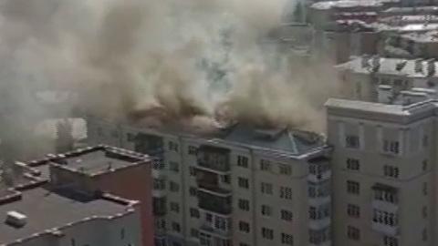 В Екатеринбурге горит крыша жилого дома