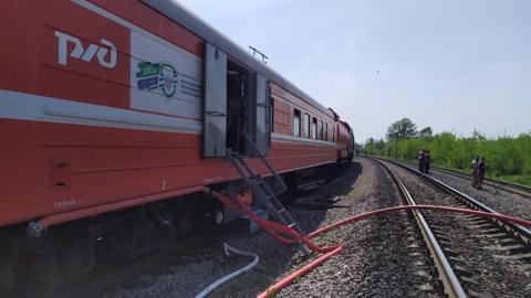 Вспыхнувший лесокомбинат тушат с помощью пожарного поезда