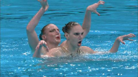 За золото синхронистки будут бороться в купальниках с балалайкой
