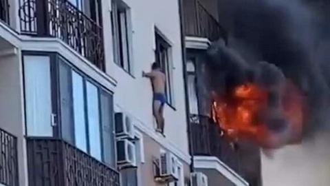 Житель Анапы спасся от пожара на карнизе многоэтажки