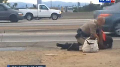 Американский полицейский жестоко избил женщину за нарушение ПДД